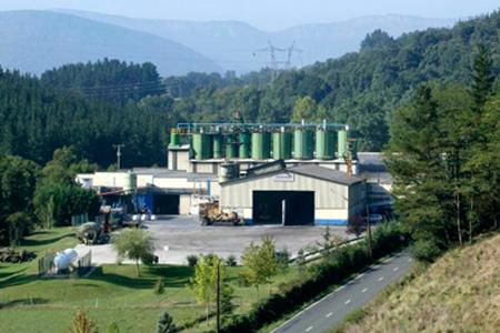 La planta de Artziniega en Alava se dedica a la fabricación y venta de bentonitas y otros materiales minerales para usos industriales, principalmente fundición. En el año 2012, se llegó a alcanzar una producción de hasta 50.000 toneladas.