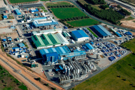 En la planta de Tarragona se fabrican los productos de la unidad de Especialidades para industria y consumo. Tiene una producción de hasta 60.000 toneladas al año, por lo cual está considerada como centro estratégico de esta unidad de negocio.
