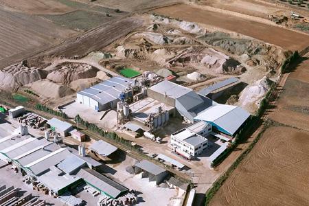 La planta de Yuncos (Toledo) se dedica a la producción de bentonitas y tierras de filtración. Tiene una producción de 35.000 T/año y alberga el laboratorio de asistencia técnica y control de calidad, donde se desarrollan soluciones a medida para los clientes.